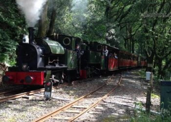 Edward Thomas and Tom Rolt arrive at Abergynolwyn on the Talyllyn Railway