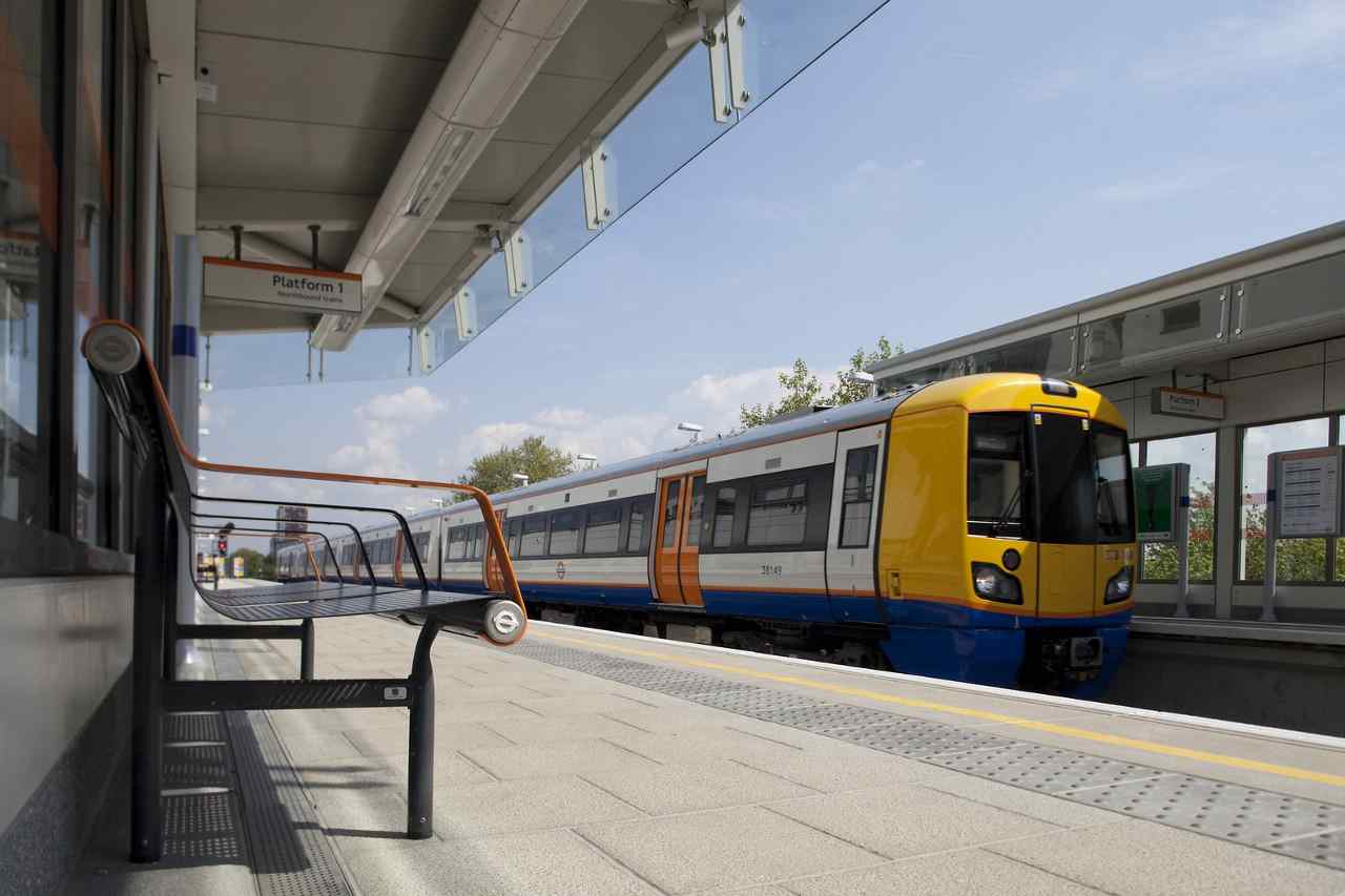 London Overground train in Haggerston station