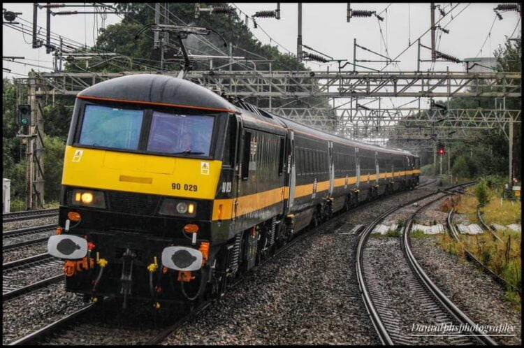 Grand Central liveried Class 90 and Mk4s