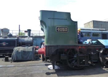 4253 tenter on the back of the loco
