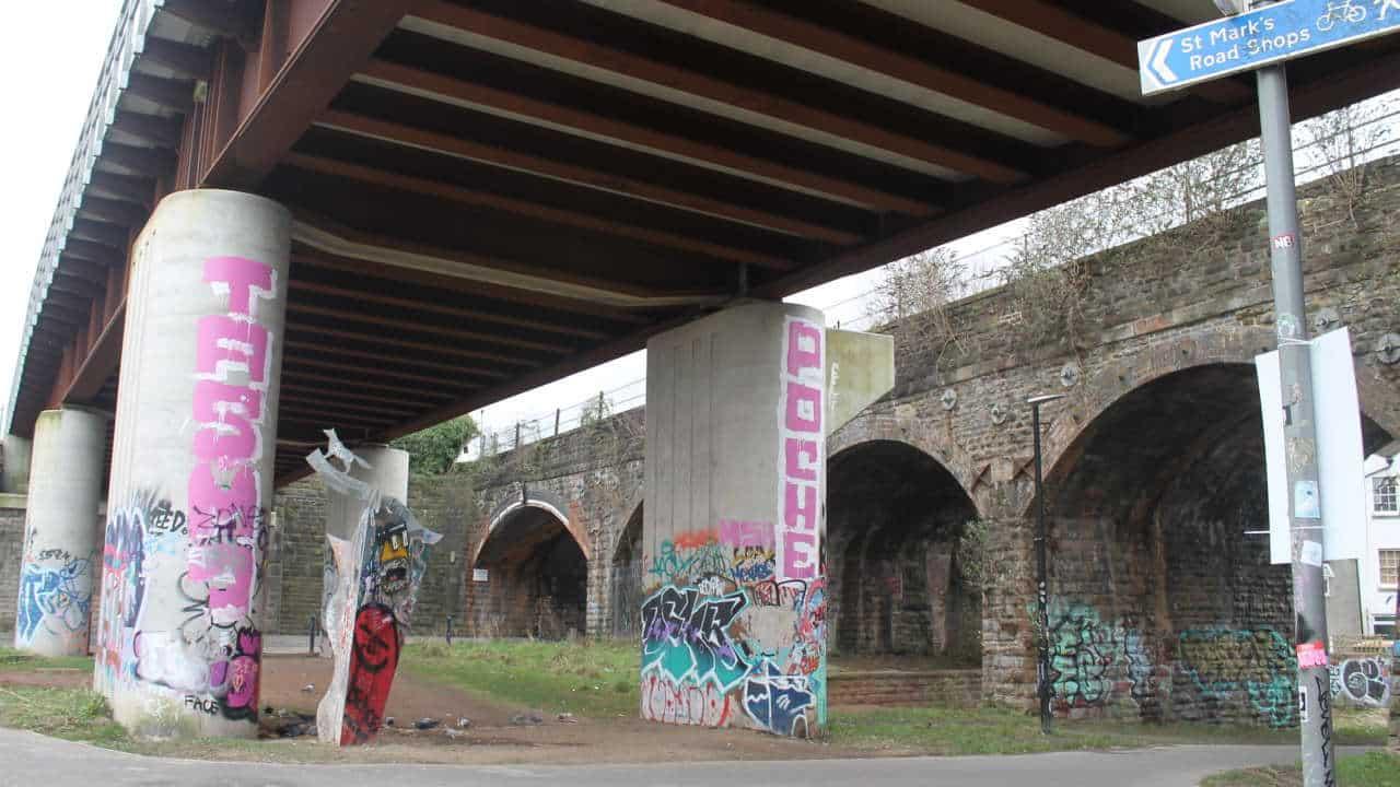 Community art scheme launched for Bristol railway viaduct / News / News / Railpage